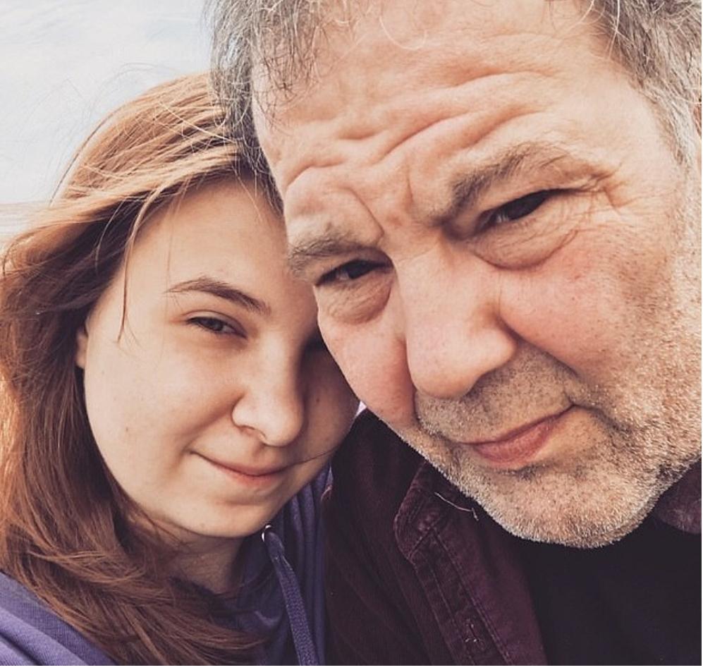19-летняя девушка отстаивает свое право на любовь, но общество не понимает, что у нее может быть общего с 61-летним мужчиной