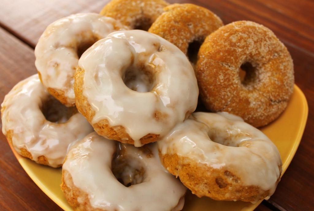 Когда начинает созревать тыквы, я готовлю вкусный осенний десерт: нежные тыквенные пончики с глазурью