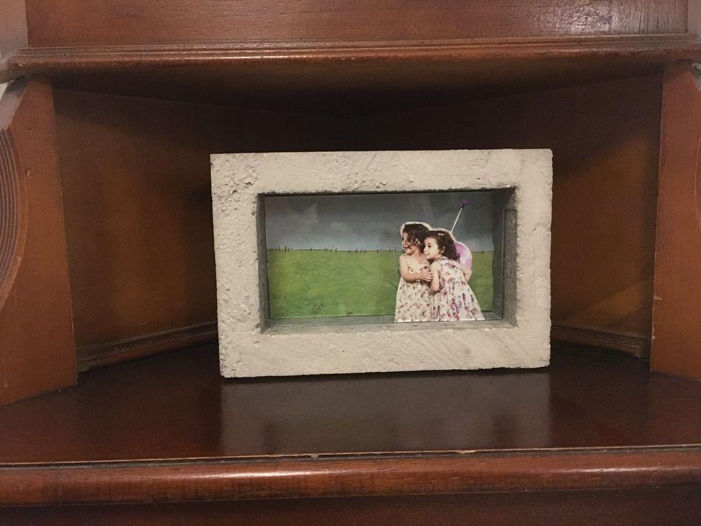 Муж часто делает милые вещи для дома: недавно у него получилась необычная 3D-рамка из бетона