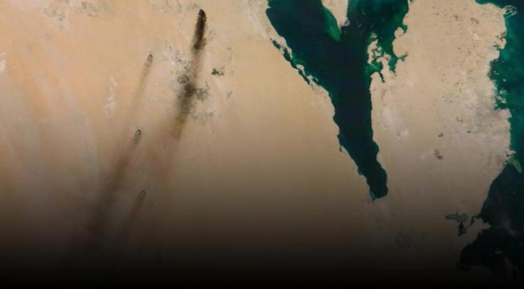 Дым, вызванный атаками беспилотников на двух нефтяных объектах, можно было увидеть из космоса (фото)