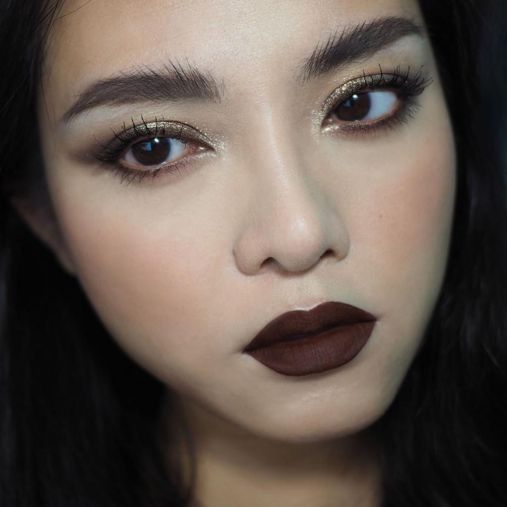 Подруга завидует моим всегда идеально накрашенным темным губам: как носить красные, коричневые и фиолетовые цвета с уверенностью