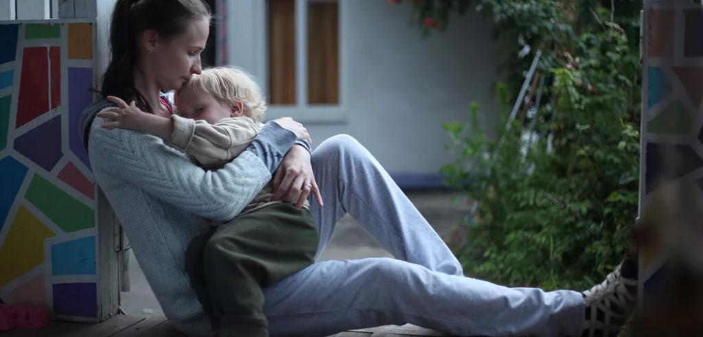 Муж бросил жену с маленьким ребенком. Отчаявшись, женщина пошла за помощью на кладбище