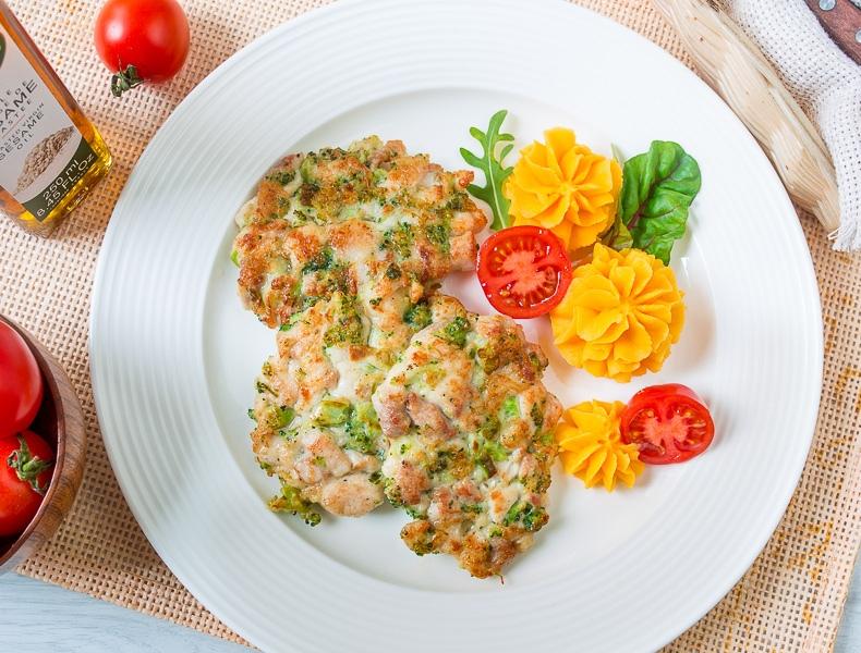 Я готовлю своим детям в школу аппетитные куриные оладьи с брокколи. Получается и вкусно, и полезно - уплетают за милую душу: рецепт