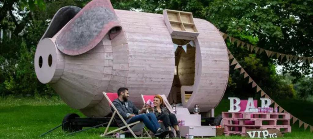 Уютный дом для кемпинга, сделанный в виде поросенка: в нем можно наслаждаться отдыхом и любоваться пейзажем, но нельзя готовить свинину