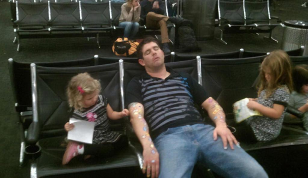 Мужчина заснул с тремя кошками на голове - 10 фото людей, которые заснули в неподходящий момент