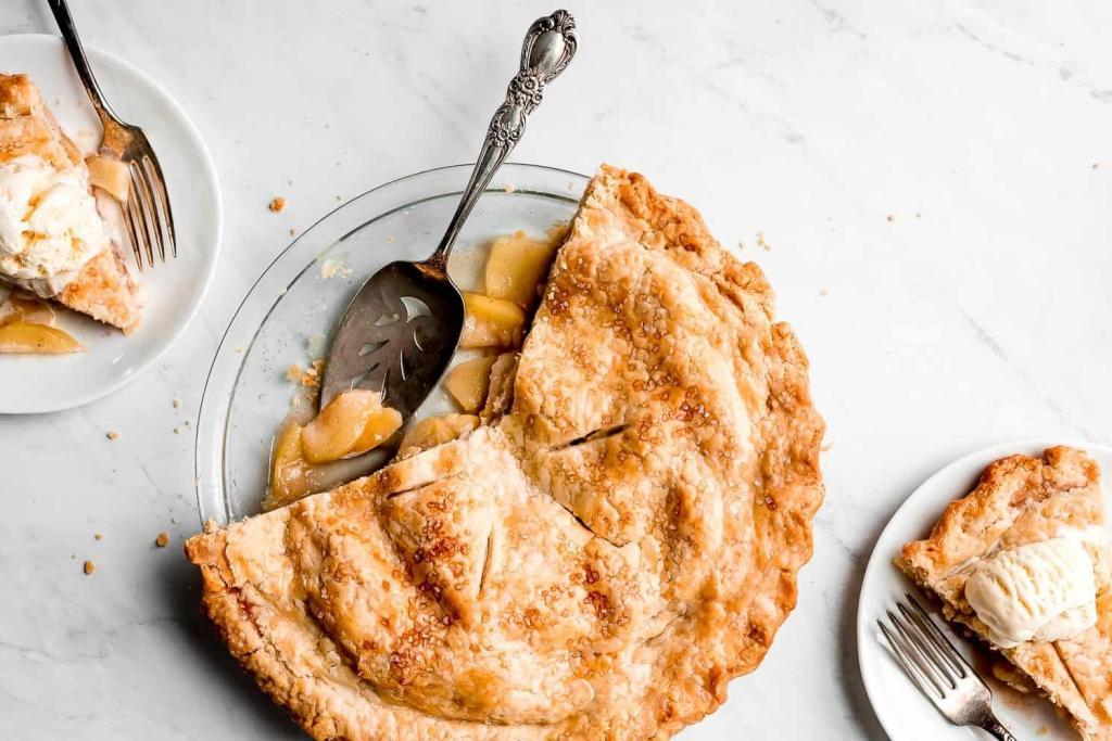 Такого яблочного пирога я раньше не пробовала. Вкусный десерт с нежной и сочной начинкой