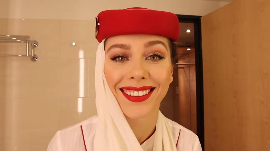 Стюардесса из Дубая рассказала о своем пошаговом макияже, который помогает ей выглядеть безупречно на протяжение многих часов