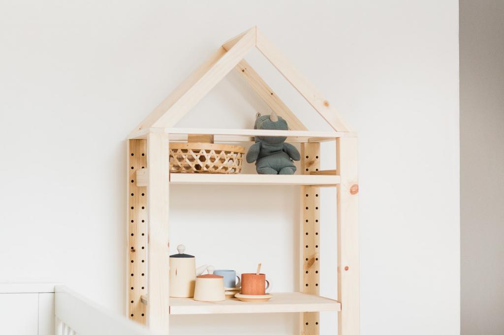 Муж любит мастерить из дерева. Недавно он поработал над обычным стеллажом и превратил его в милый домик для игрушек в детскую