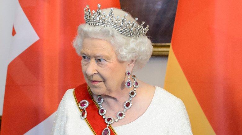 Натуральные волосы, розовый лак для ногтей: правила красоты, которым вынуждены следовать члены королевской семьи