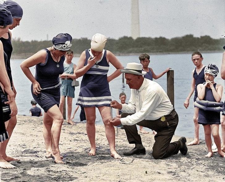 10 цветных исторических фотографий, показывающих, как жили люди в США 100 лет назад: контроль за длиной купального костюма   привычное дело