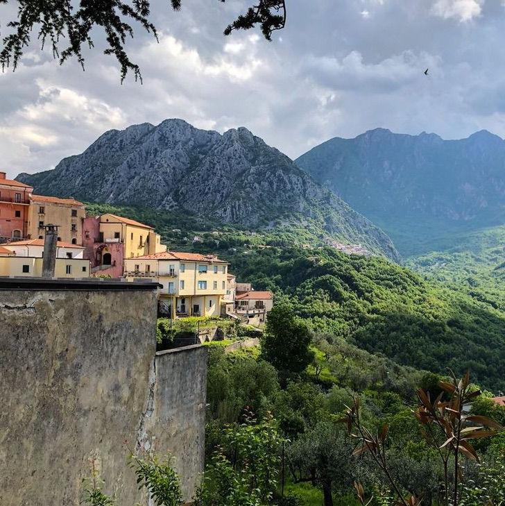 Президент небольшого, но живописного региона Италии предлагает 30 тысяч долларов тому, кто приедет жить в это место