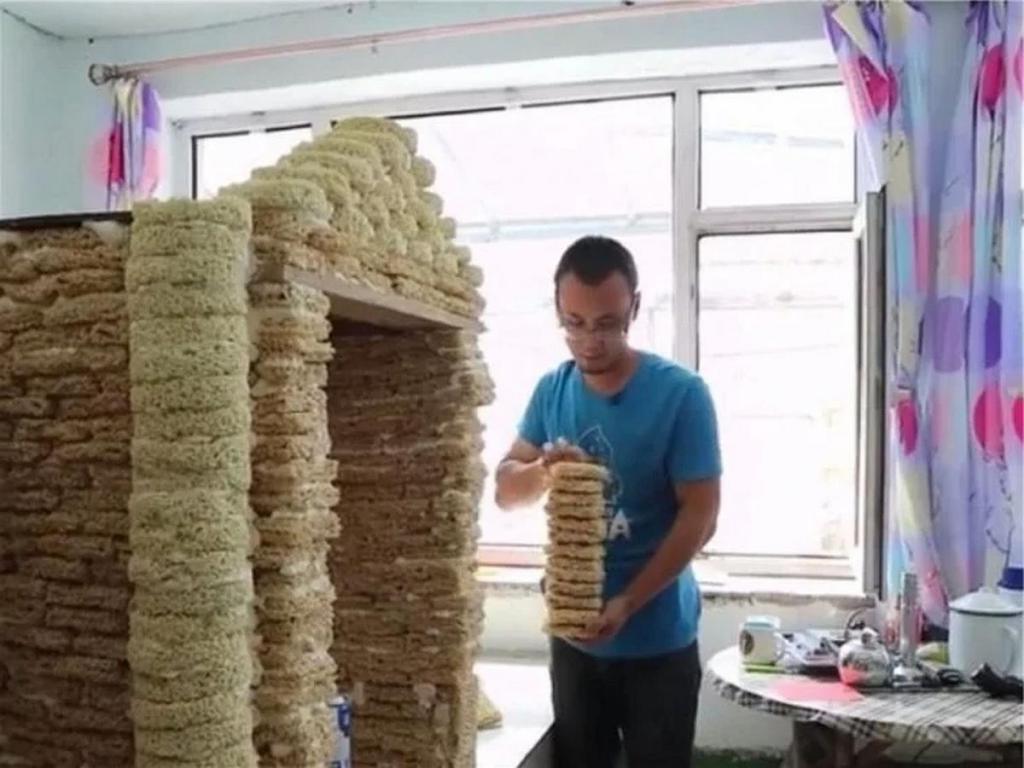 Мужчина построил игровой домик для ребенка из 2000 пачек просроченного доширака (фото)