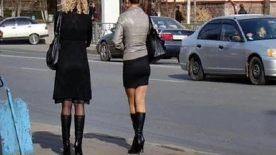 Почему многие женщины предпочитают стоять со скрещенными ногами: неожиданные причины