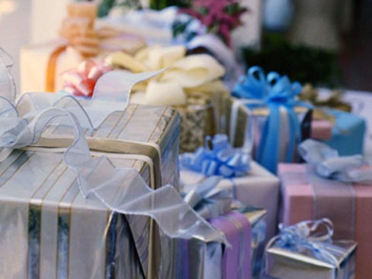 Женщина приходит на чужие свадьбы и крадет подарки: полиция до сих пор не поймала воровку