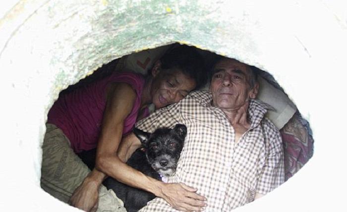 Супруги счастливы, несмотря на то, что 24 года живут в канализационном колодце