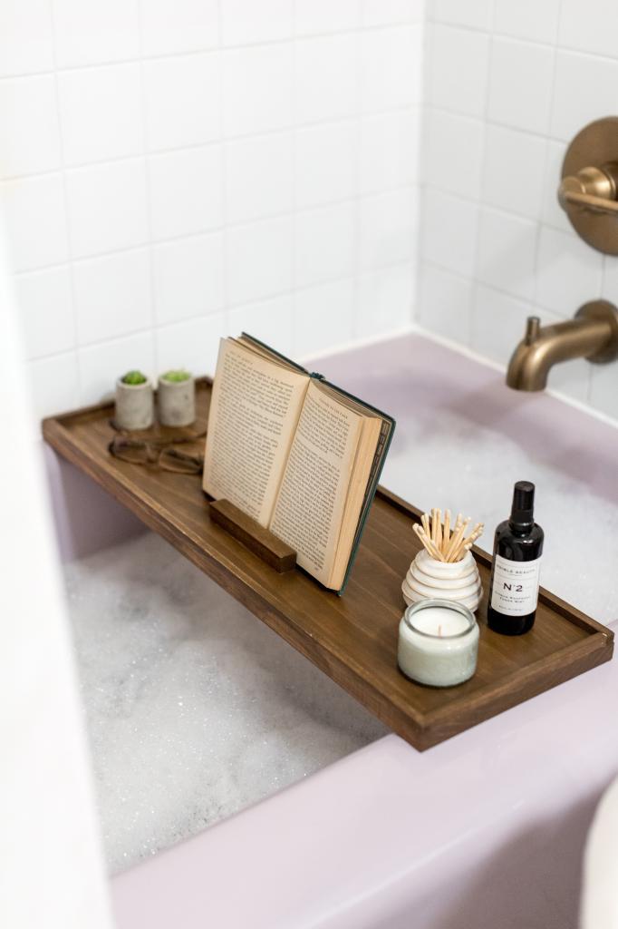 Я очень люблю читать и делаю это даже в ванной: для удобства муж сделал мне специальную подставку