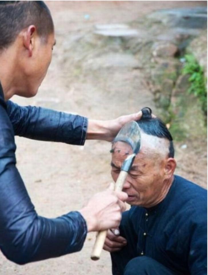 Забавные странности китайцев, которые удивят любого: суровые китайские мужчины подстригаются с помощью серпа