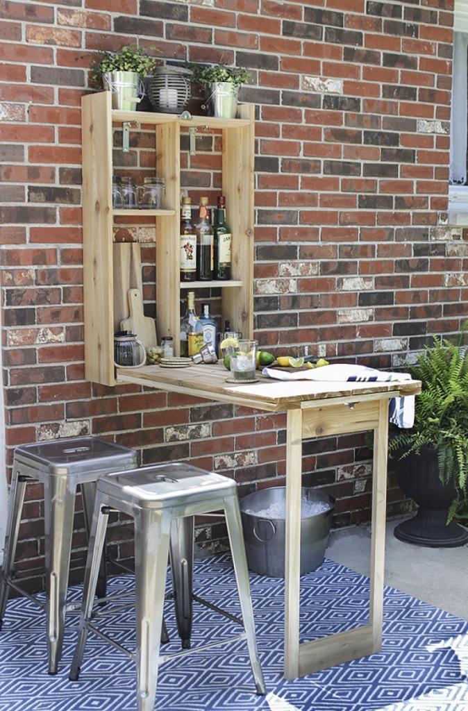 Мы любим устраивать вечеринки в загородном доме: для этих целей я смастерил удобный раскладной бар