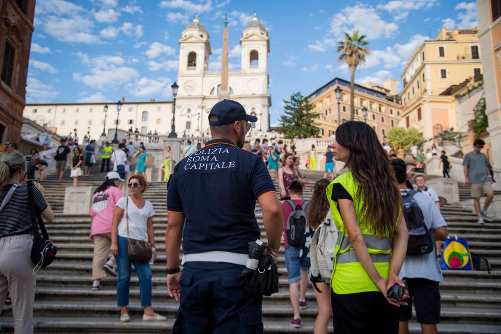 10 правил для туристов, которые помогут вам не выглядеть глупо: не сидите на ступеньках в Риме, не носите каблуки в Афинах