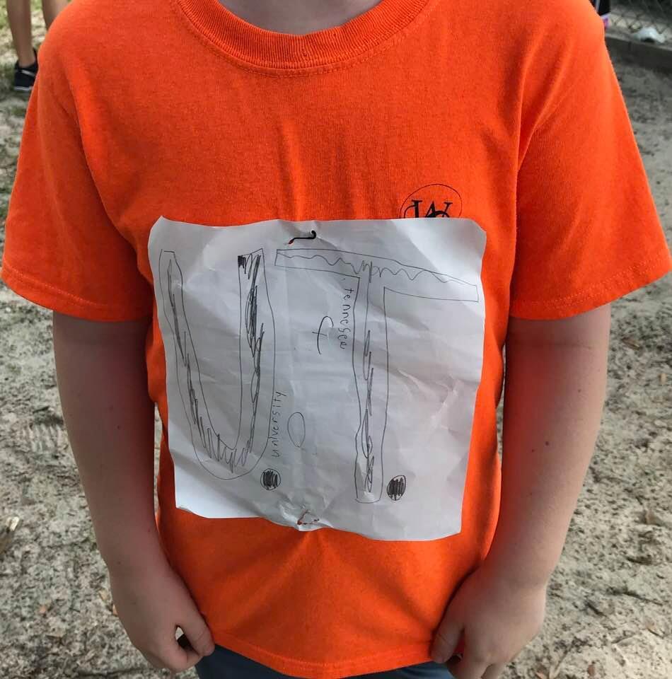 Одноклассники издевались над мальчиком, высмеивая его самодельную футболку. Неожиданно школьнику на помощь пришли студенты
