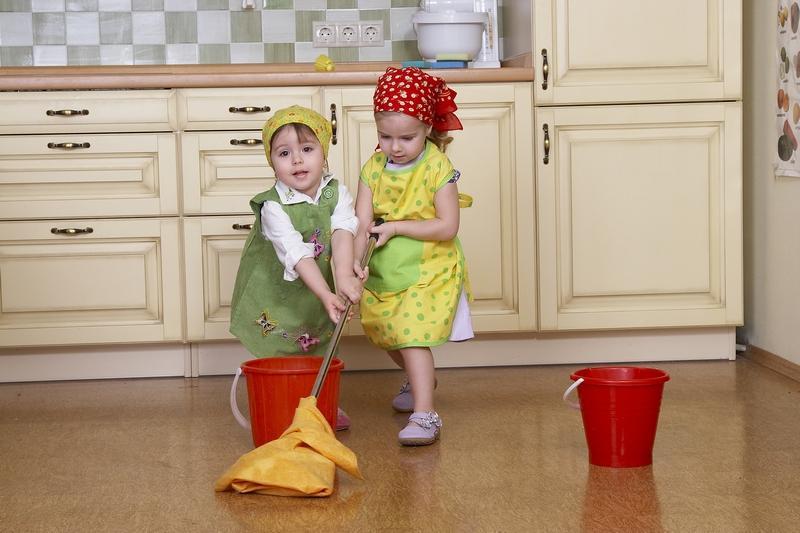 Дети, выполняющие работу по дому, более успешны: мнение ученых