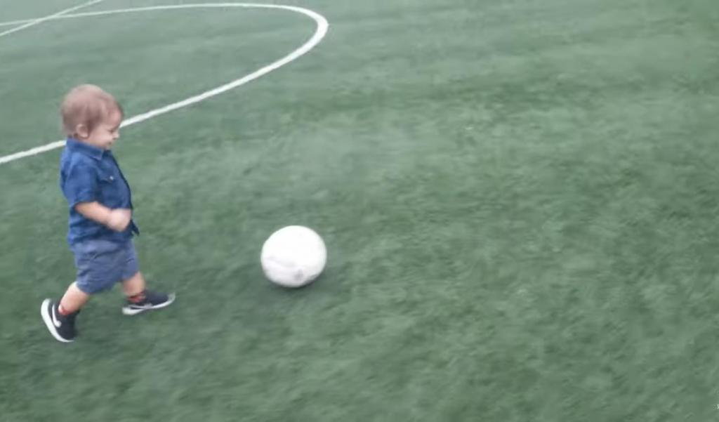 «Когда женщины разрушают карьеру»: маленький мальчик играл в футбол, а потом заметил бегущих женщин (видео)
