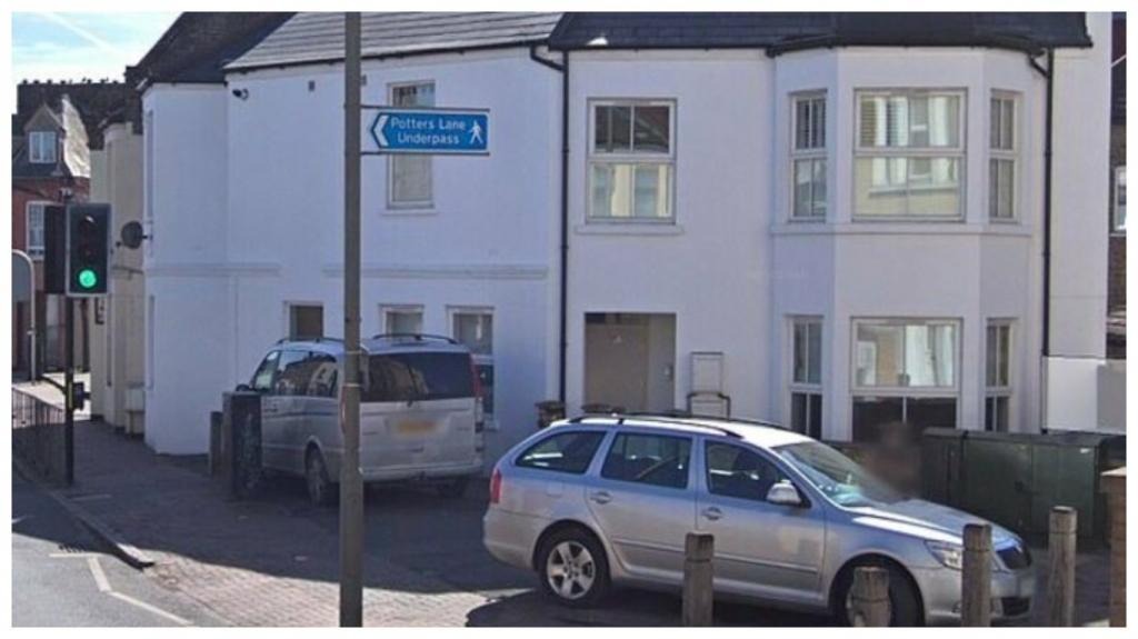Жителям дома надоело, что мужчина неправильно паркует свою машину, и они решили принять жесткие меры: нахалу пришлось несладко