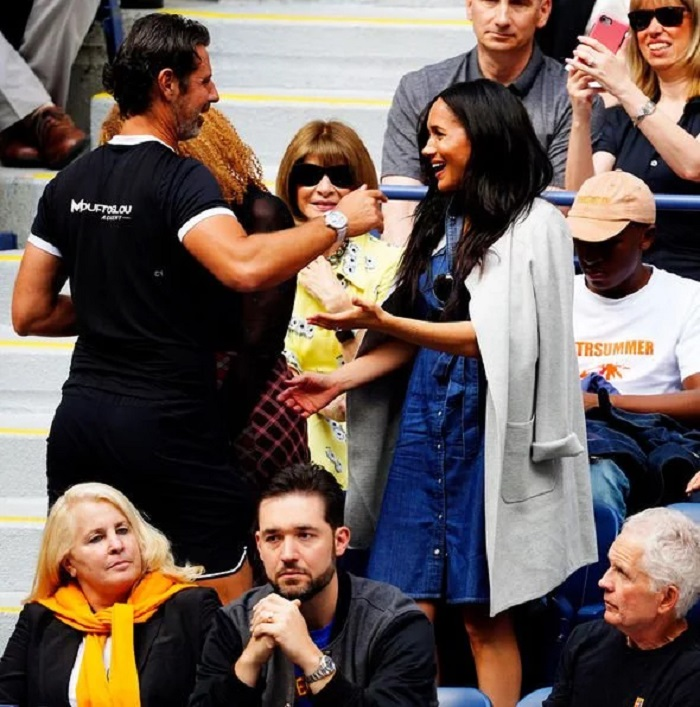 Меган Маркл привлекла внимание публики, придя на спортивное мероприятие в джинсовом платье рубашке