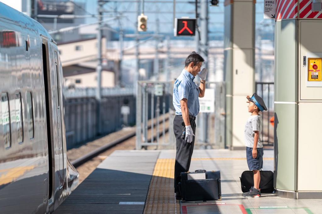 Волшебный момент любви: проводник по своему отреагировал на мальчика, наблюдавшего за поездами