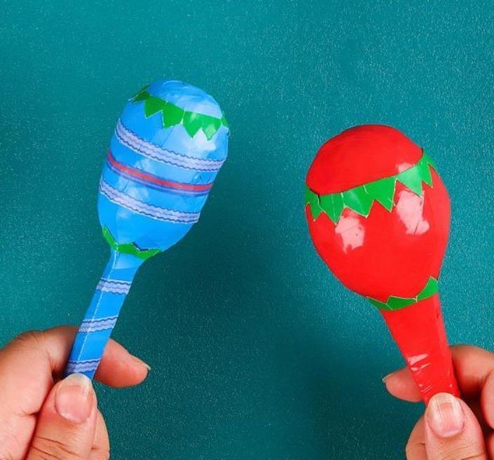 Кума часто делает детям игрушки сама. Недавно она смастерила маракасы из ненужных пластиковых ложек