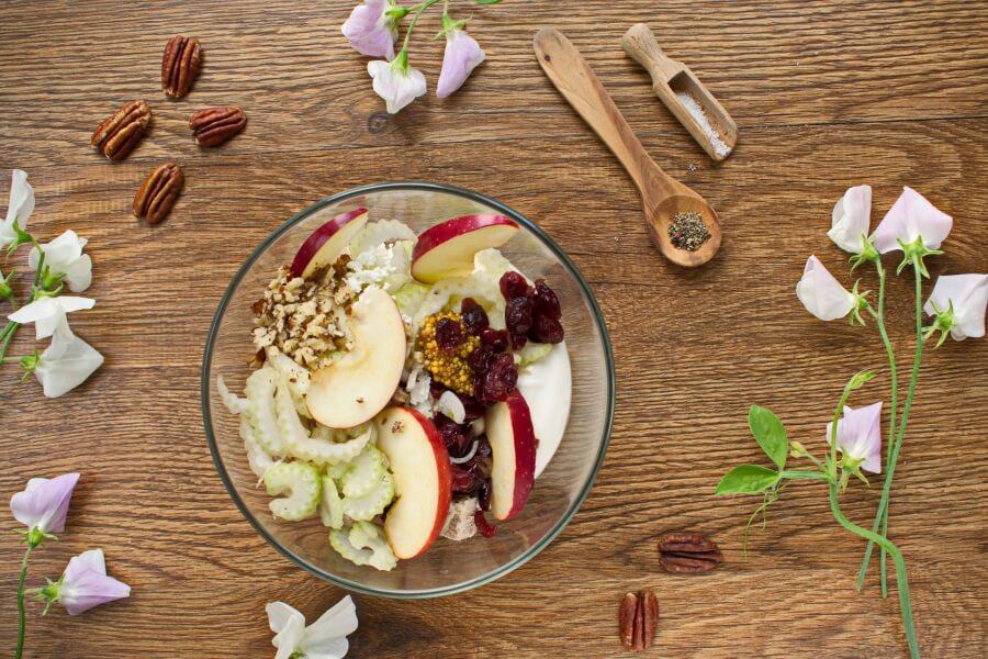 Салат с куриным мясом, яблоками и сельдереем. Готовлю за 10 минут, гости в восторге