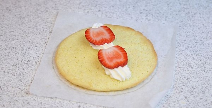 Нечем порадовать гостей? Совет от знающей хозяйки: приготовьте простые бисквитные пирожные с клубникой