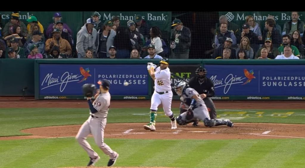 Бейсболист сумел уклониться от мяча, который летел ему просто в лицо, буквально повторив сцену из  Матрицы  (фото)
