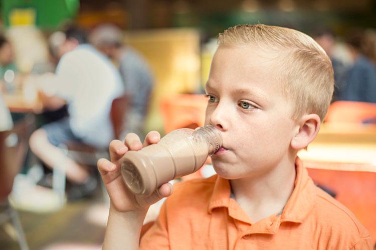 Я просто дала своему сыну шоколадное молоко : мамы поделились странными случаями, когда их методы воспитания были раскритикованы другими родителями