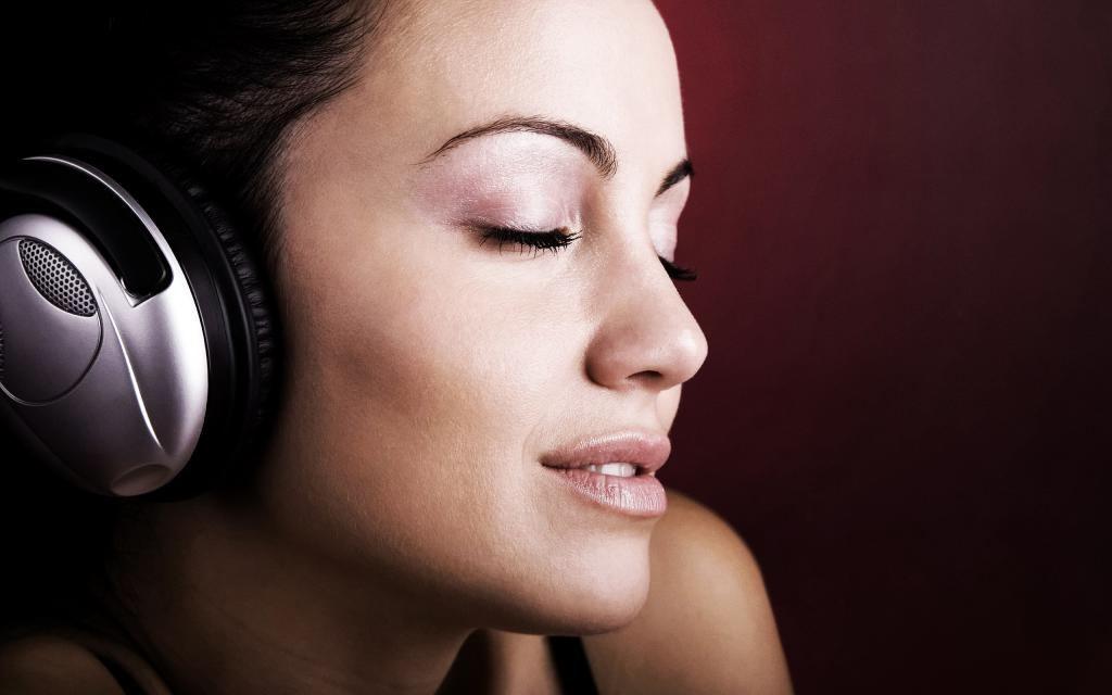 Исследования ученых: какую музыку лучше всего слушать женщинам водителям
