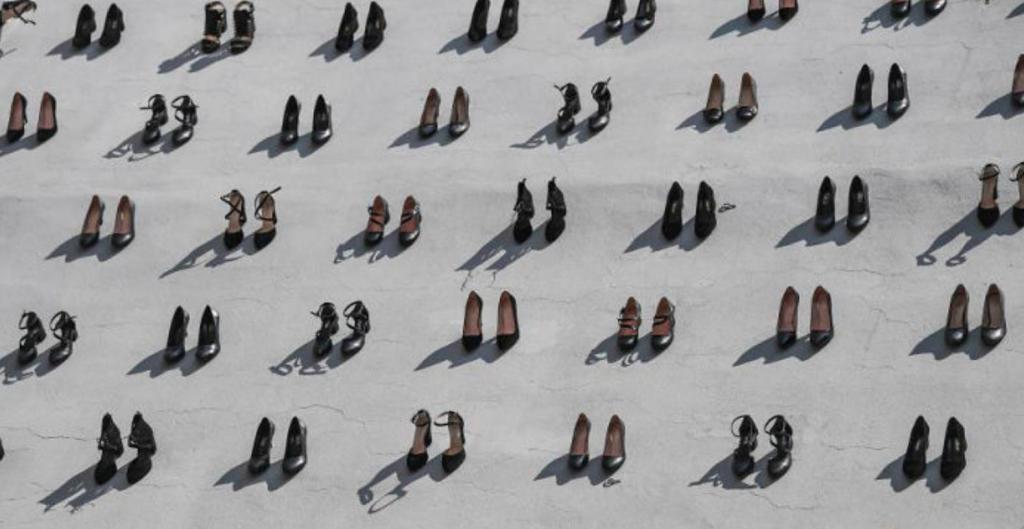 Необычный памятник женщинам - художник установил 440 пар туфель на стенах здания в Стамбуле