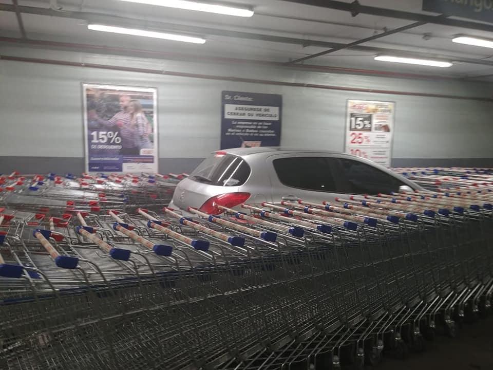 Водитель плохо припарковался в супермаркете: реакция сотрудников стала вирусной в Сети