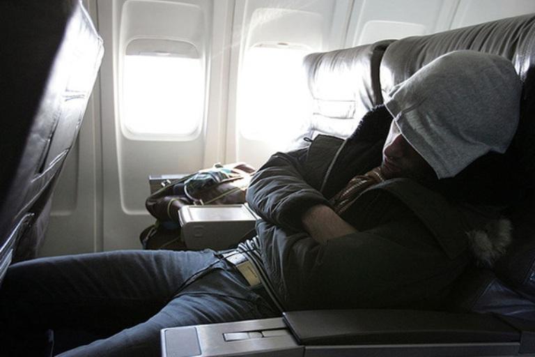 Парень придумал, как лечь в самолете и не мешать другим. И люди не понимают, гений он или глупец