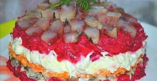 Обалденный салат с сельдью, даже вкуснее, чем обычная и привычная нам «селедка в шубе».