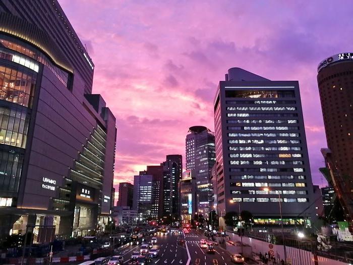 Ярко-фиолетовое небо - признак надвигающегося тайфуна: жители Японии недавно наблюдали необычное природное явление