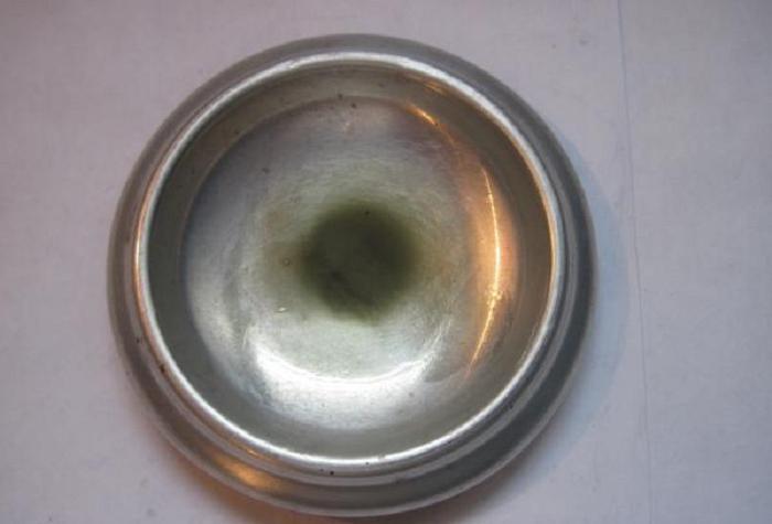 В нашей алюминиевой миске появилась большая дырка, но муж не дал мне выкинуть ее. Он сам запаял дыру, используя припой для радиодеталей