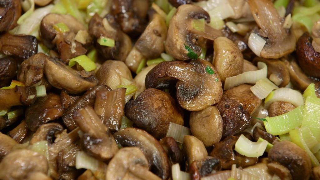 Я готовлю не сладкий, а сытный осенний штрудель: рецепт выпечки с луково-грибной начинкой