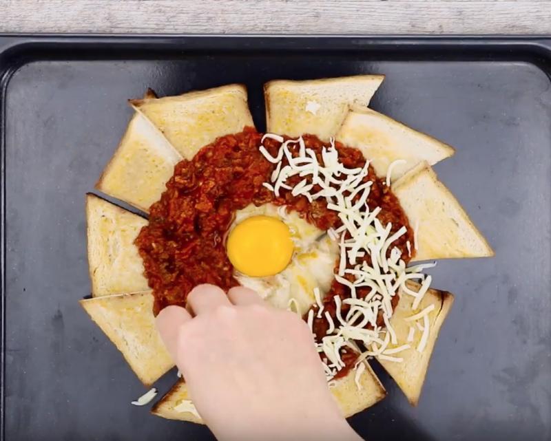 Поджарила хлеб, выложила его в форме цветка, добавила яйцо: как приготовить великолепное блюдо