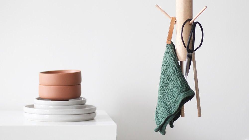 Сделали простую и лаконичную вешалку для кухни: она очень удобная и идеально впишется в любой интерьер