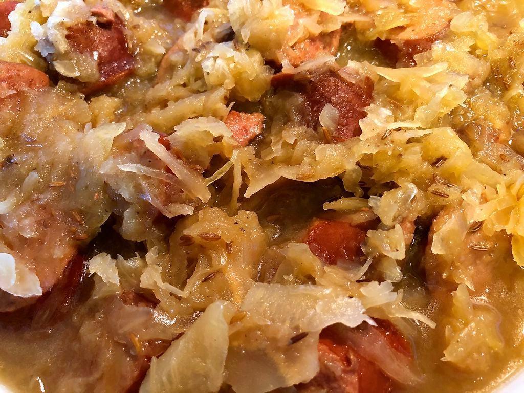 Я обожаю готовить по старинным рецептам: недавно я тушила традиционную немецкую квашеную капусту с колбасками