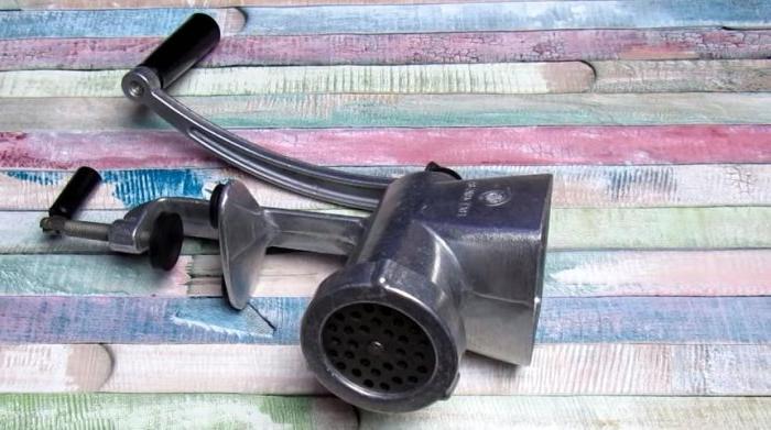 Беру воду, брусок и точу ножи мясорубки самостоятельно: никаких усилий - только смекалка