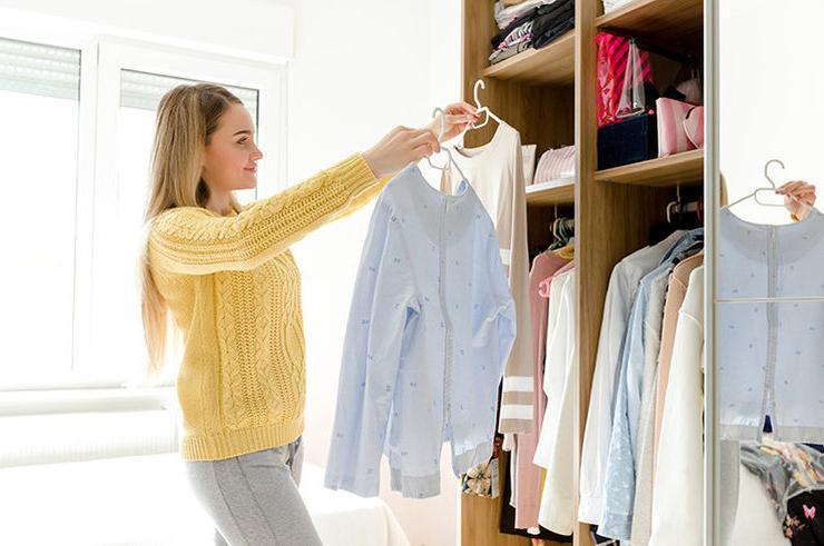 Увидев содержимое моего шкафа, бабушка была неприятно удивлена и сказала немедленно избавиться от половины вещей: я последовала ее совету, и в моей жизни наступила белая полоса