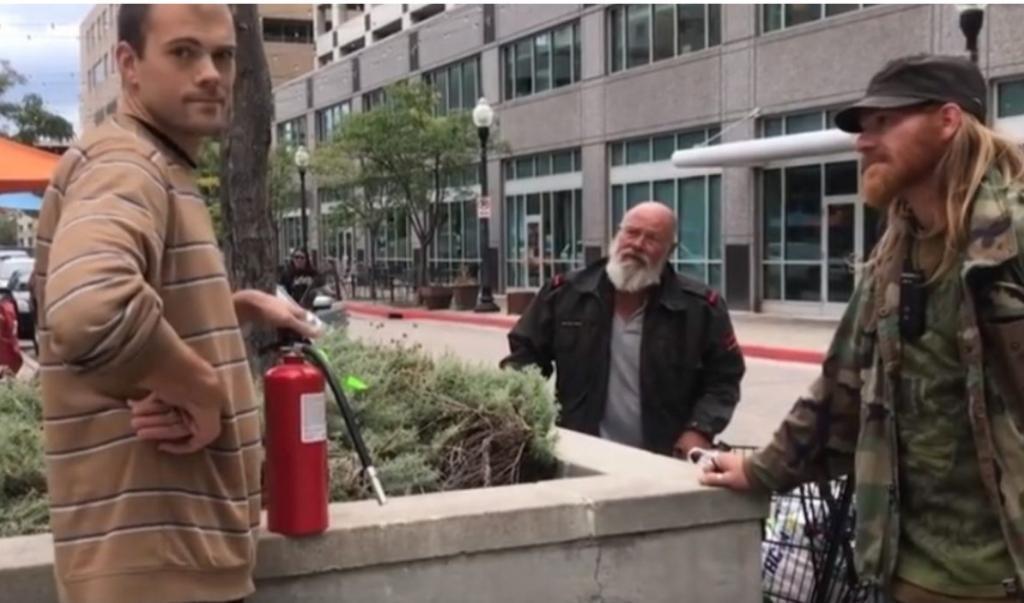 Мужчина ловко разобрался с наглецом, который отказался потушить сигарету
