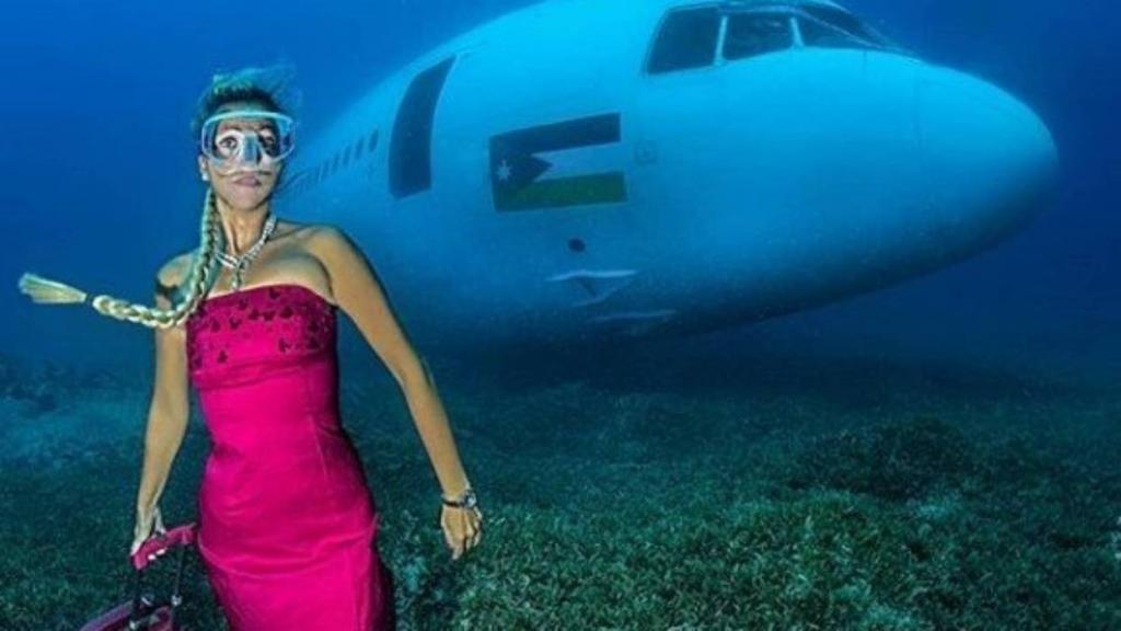Дайв модель Ивана Орлович: образ женщины, «покидающей» затонувший самолет с чемоданом