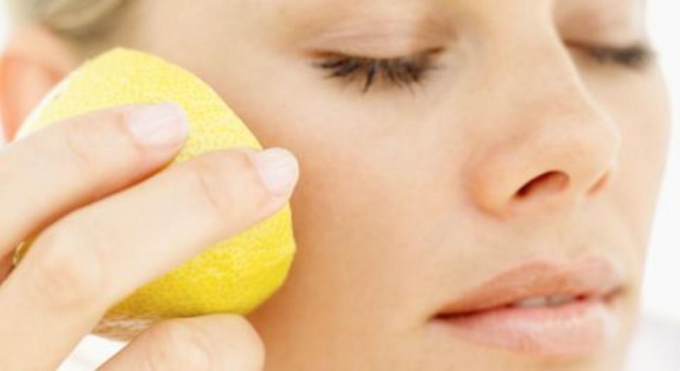 Смягчить локти, осветлить кожу: как я использую лимон для ухода за лицом и телом